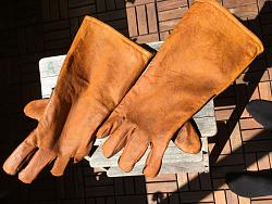 Cheap leather conditioner and personal rant (-You've been warned!)-sunbaking-gloves.jpg
