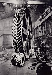 High-quality black-and-white photographs of large old machines and tools-engrenages_-_85.488_-.jpg
